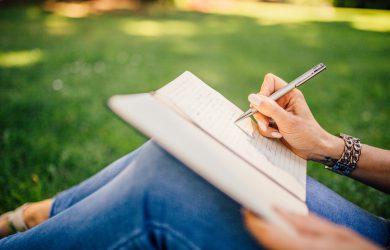 Kvinna som skriver för hand